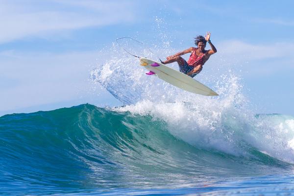 Surf d'une vague à Bali, photo © by Trubavin via Shutterstock
