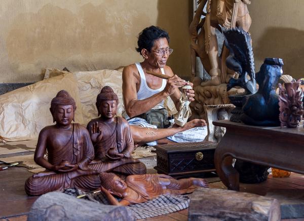 Artisan sculptant le bois à Ubud, photo © Dima Fadeev via Shutterstock